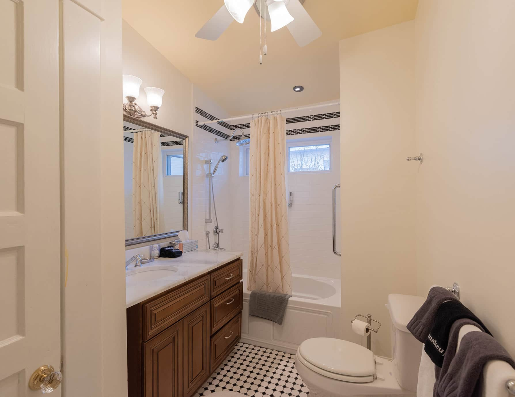 Annie Room bathroom