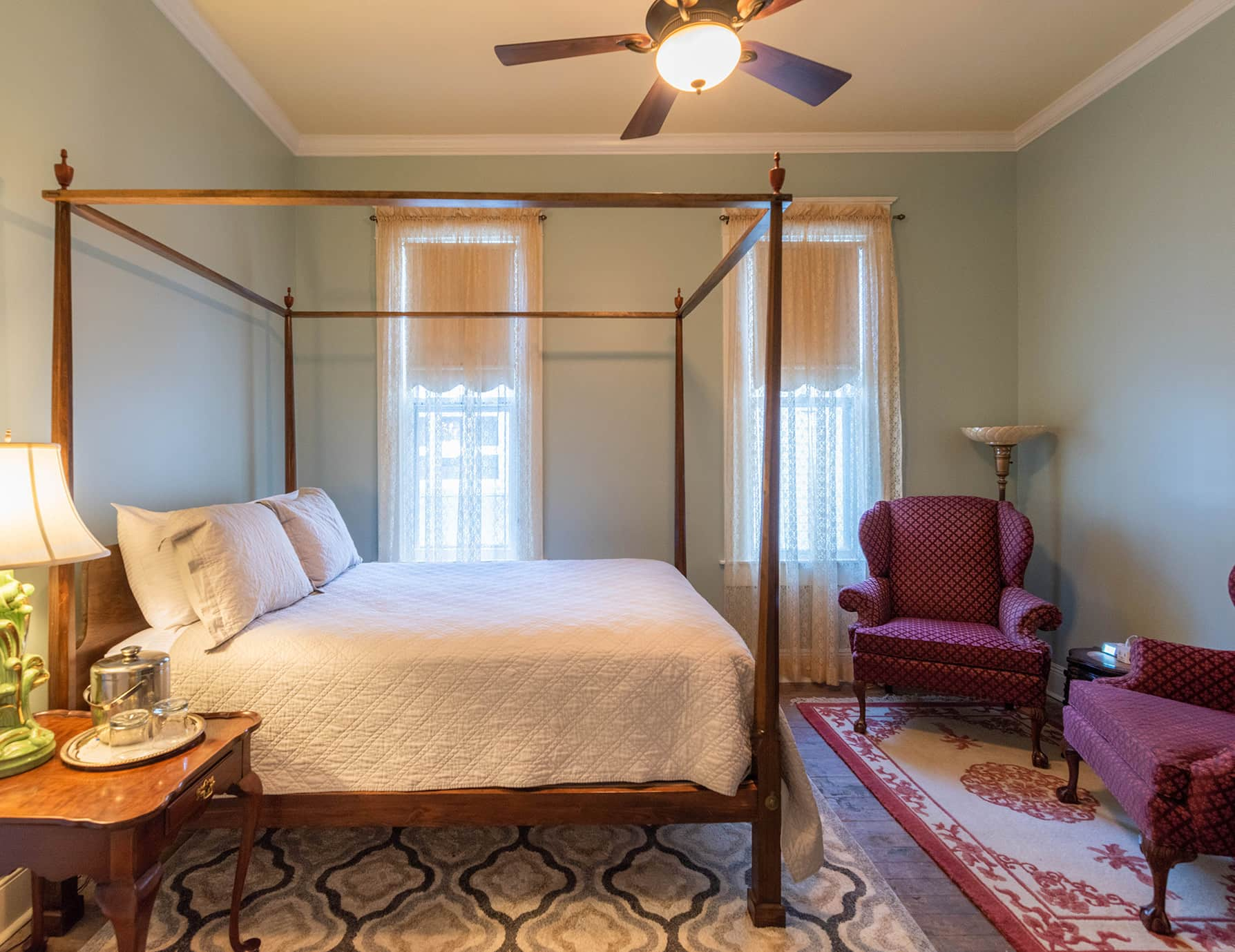 Annie Room queen bed and seating area
