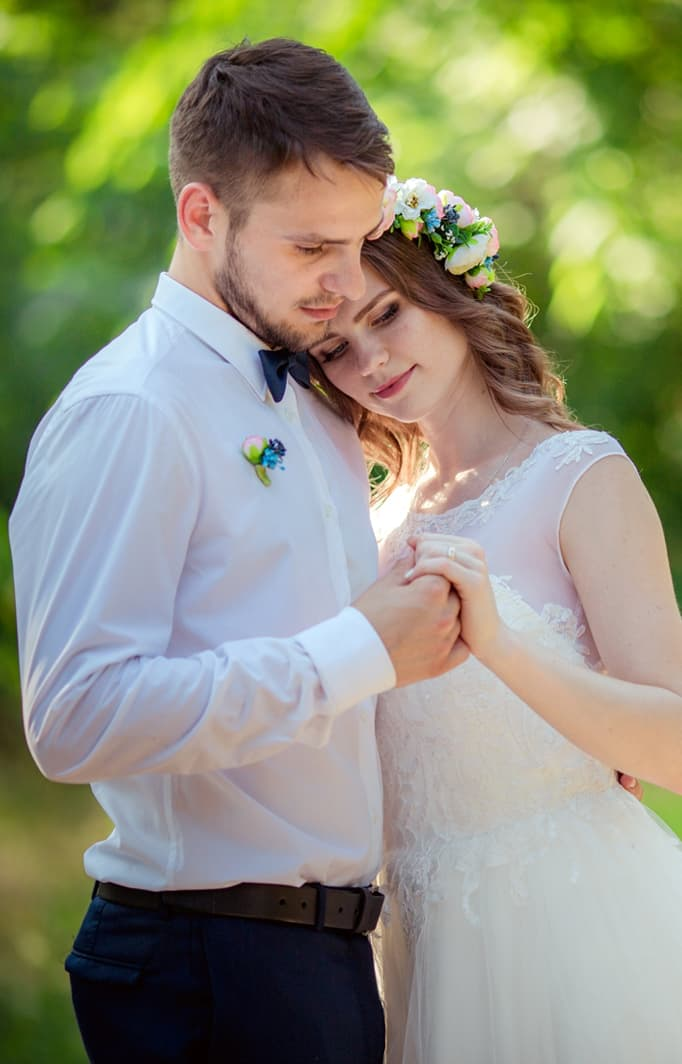 newlywed couple hugging at elopement in Natchez
